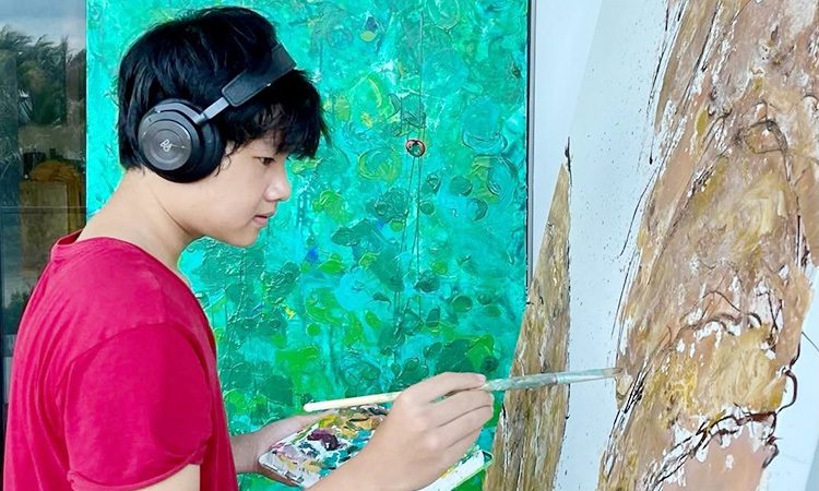 Xeo Chu is painting his work of art