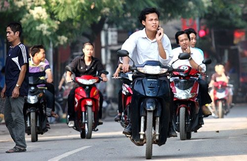Expats copy local people to disobey Vietnam's traffic laws