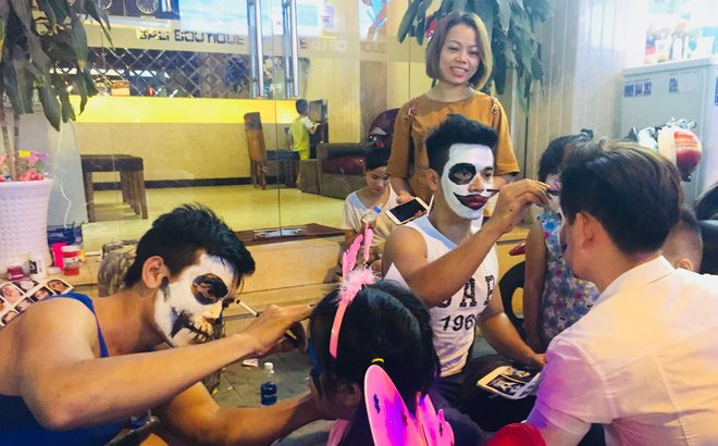 Thousands crowd backpacker area to celebrate Halloween in Ho Chi Minh City